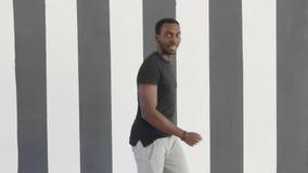 För svart mandans för ung hipster stilig afroamerican stil för flygtur för höft arkivfilmer