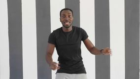 För svart mandans för ung hipster stilig afroamerican stil för flygtur för höft lager videofilmer