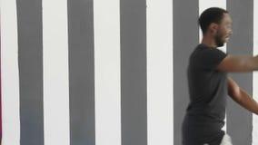 För svart mandans för ung hipster stilig afroamerican stil för flygtur för höft stock video
