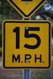 För svart- och gulingtrafik för 15 Miles Per Hour tecken för gata Arkivbild