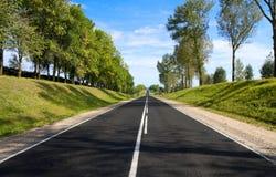 för svart slingra soligt dagväg för asfalt fotografering för bildbyråer