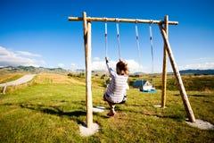 för swingväder för frostig flicka sol- vinter royaltyfria foton