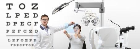 För synförmågakvinna för optometriker undersökande tålmodigt peka diagram på t royaltyfri bild