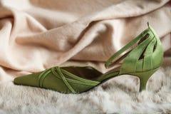 För tåkvinnor för grönt parti skor royaltyfri fotografi