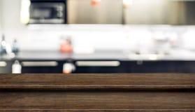 För tabellöverkant för tomt moment gammal wood ställning för mat med suddighetshemkök Arkivfoton