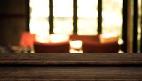 För tabellöverkant för tomt moment mörk wood ställning för mat med suddighetskaférestaur Fotografering för Bildbyråer