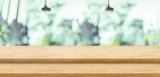 För tabellöverkant för tomt moment wood ställning för mat med suddighetsgräsplanträdet på Fotografering för Bildbyråer