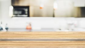 För tabellöverkant för tomt moment wood ställning för mat med suddighetshuskökbac Royaltyfri Bild