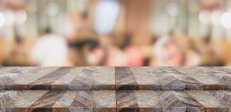 För tabellöverkant för tomt moment wood ställning för mat med suddighetskunddini Arkivbild