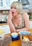 för tabellkvinna för frukost sömnig gäspning royaltyfri bild