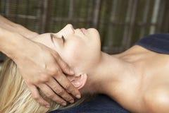 för tabellkvinna för massage avslappnande barn arkivfoto