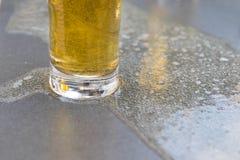 För tabellstång för öl äppeljuice spilld glass restaurang arkivfoto
