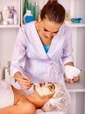 För tagandeframsida för kvinna medelålders massage i brunnsortsalong fotografering för bildbyråer