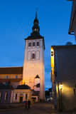 för tallinn thomas för stadsestonia korridor fåfängt väder för gammal town torn Gamla hus på gatan och ett stadshus står högt royaltyfria foton