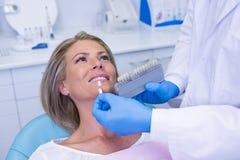 För tandblekmedel för doktor hållande utrustning av patienten arkivbilder