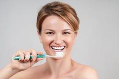för tandkvinna för borsta lyckligt barn Royaltyfria Foton