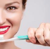 för tandkvinna för borsta lyckligt barn Royaltyfri Bild