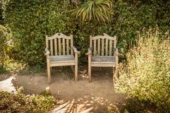 För tappningträdgård för sommar fridsam vrå med metallmöblemang arkivbild