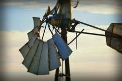 För tappningväderkvarn för blå himmel bakgrund för abstrakt begrepp Royaltyfri Foto