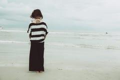För tatueringhipster för stående som asiatiska enkla indy kvinnor är ensamma på stranden royaltyfria bilder