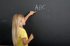 för tavlaflicka för abc tillbaka skola till writing Fotografering för Bildbyråer
