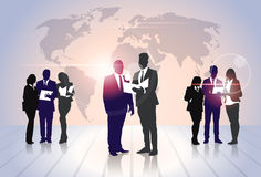 För Team Crowd Silhouette Businesspeople Group för affärsfolk mappar för dokument håll över världskarta Arkivbilder