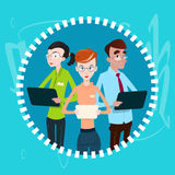 För Team Using Electronic Computer Digital för affärsfolk teamwork apparat royaltyfri illustrationer