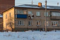 För tegelstenhus för två våning gammal dag för vinter Arkivbilder