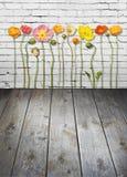 För tegelstenvägg för blommor Wood bakgrund fotografering för bildbyråer