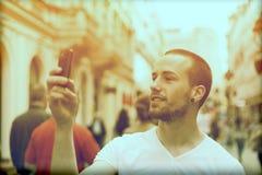 för telefonfoto för man mobil take för gata Arkivbilder