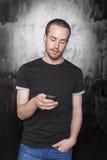 för telefonsms för män mobilt skrivande Royaltyfri Bild