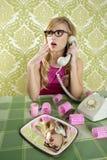 för telefontappning för hemmafru retro kvinna royaltyfri foto