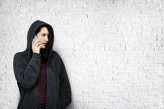 För telekommunikationanslutning för kvinna talande begrepp Royaltyfri Bild