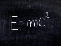 För teorirelativitet för formel E=mc2 svart tavla för balckboard arkivbild