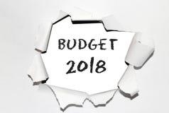 ` För text`-budget med året 2018 in i det sönderrivna papperet arkivfoto