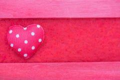för texturmodell för röd färg träbakgrund med rött silke och honom Fotografering för Bildbyråer