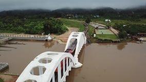 För Tha för flyg- sikt för Phu chom bro historia i Lamphun, Thailand lager videofilmer