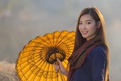 För thailändsk härlig utomhus- hållande paraply kvinnabonde för stående, bygd Thailand arkivfoto