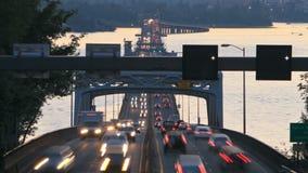 För Tid för trafik för Seattle huvudväg 520 panna för skymning för bro schackningsperiod stock video