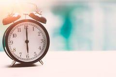För Tid 6 nolla-` för klocka retro för klocka signal för färg för tappning för dörr ut Arkivbild