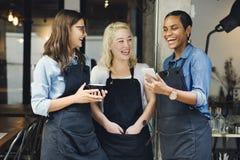För tillfällig gladlynt begrepp coffee shopCoworker för avbrott royaltyfri bild
