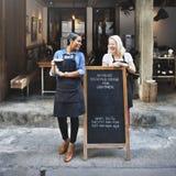För tillfällig gladlynt begrepp coffee shopCoworker för avbrott royaltyfria bilder