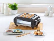 för tillverkareugn för mat japansk takoyaki Arkivfoto