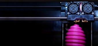 För tillverkningssåret för FDM 3D-printer för det easter rosa skulptur ägget - främre sikt på objekt- och tryckhuvudet - panel ty arkivbilder