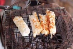 För tioarmad bläckfiskägg för slut upp grillade steknålar Arkivbild