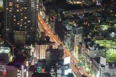 För Tokyo för flyg- sikt för natt i stadens centrum flyg- sikt stad Arkivfoton