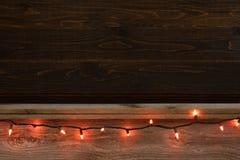 För träbräde för allhelgonaafton lantlig hylla och bakgrund med den orange festliga tråden av ljus Rum eller utrymme för kopia, t royaltyfri fotografi