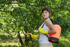 för trädgårdsmästareryggsäck för kvinnlig trädgårds- spray royaltyfri foto