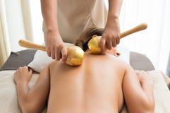 För trätryck för bladguld guld- massage för brunnsort royaltyfri fotografi