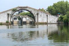 By för traditionell kines längs en flod royaltyfri fotografi